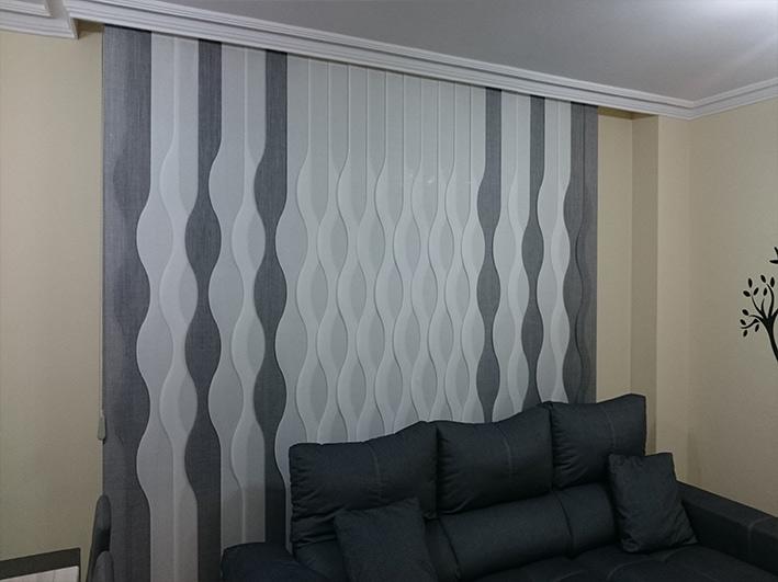 salón decorado con cortinas verticales de formas