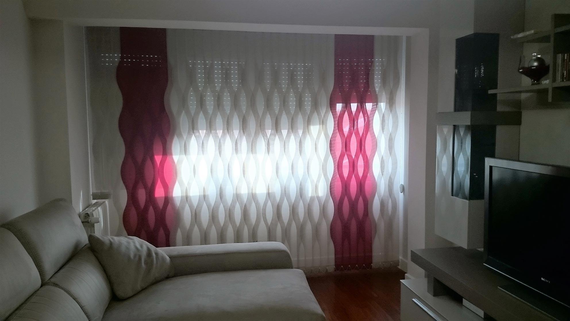 salón decorado con cortinas verticales de ondas